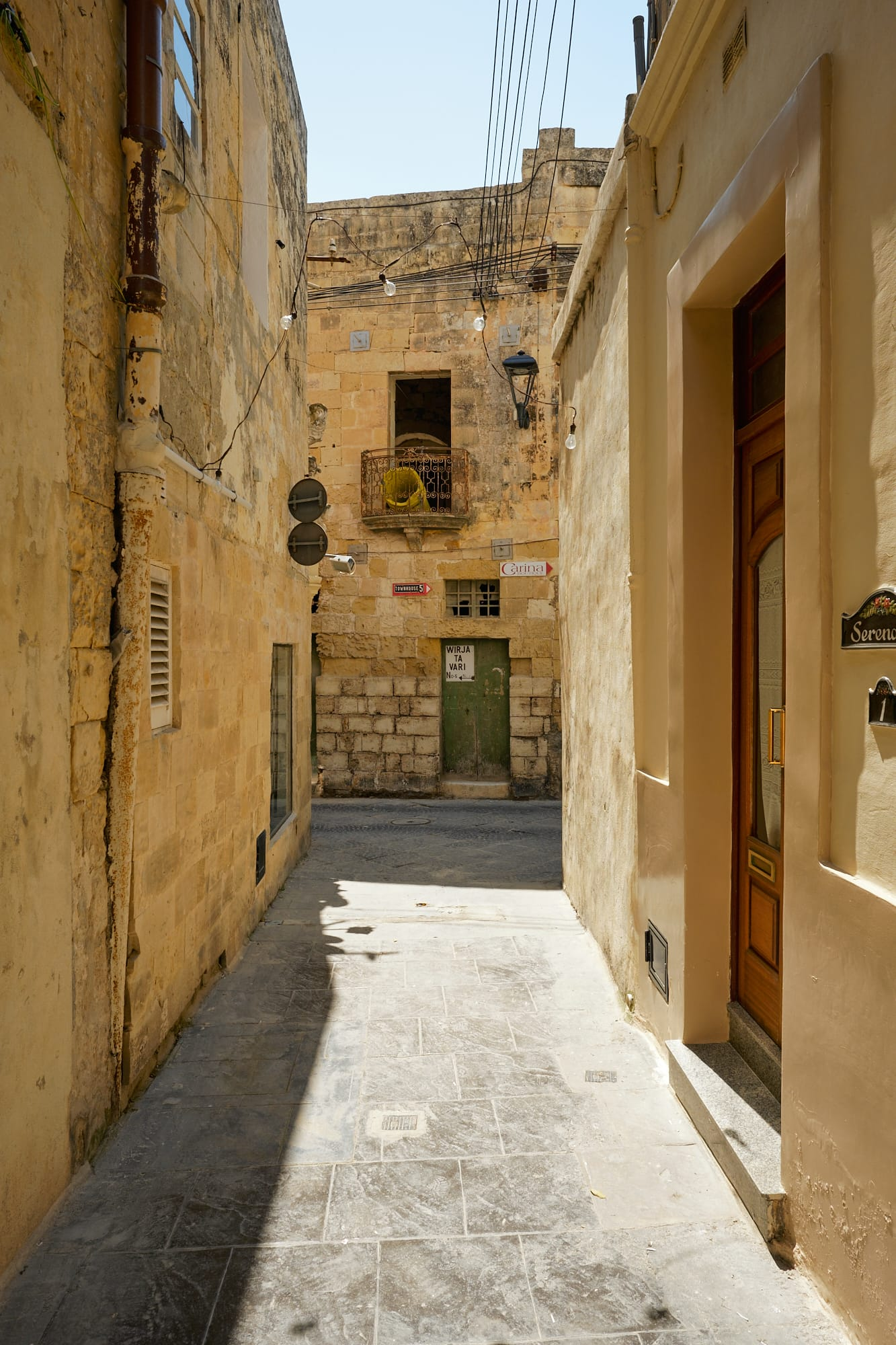 narrow alleyway